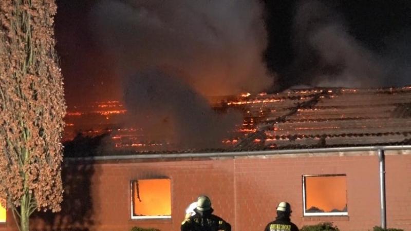 Großbrand in Wietmarschen Lohne - Drei Feuerwehrleute verletzt. - Foto: Nord-West-Media TV