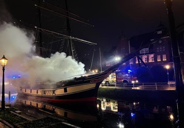 Museumsschiff Friederike vor dem Papenburger Rathaus brennt aus – Feuerwehr im Großeinsatz - Foto: Michael Schütte. Feuerwehrt Papenburg