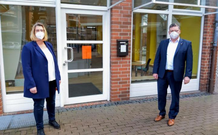 Projektmanagerin Andrea Veddeler und Bürgermeister Thomas Berling freuen sich über die Fördermittel für das Projekt, mit dem unter anderem der Leerstand in den Nebenlagen der Innenstadt beseitigt werden soll. Foto: Stadt Nordhorn