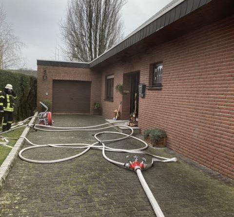 Feuerwehren Dörpen und Kluse verhindern ein Übergreifen der Flammen auf das gesamte Gebäude – Zimmer im Erdgeschoss in Vollbrand – Ein Hund verendet im Gebäude - Foto: SG Dörpen / Feuerwehr