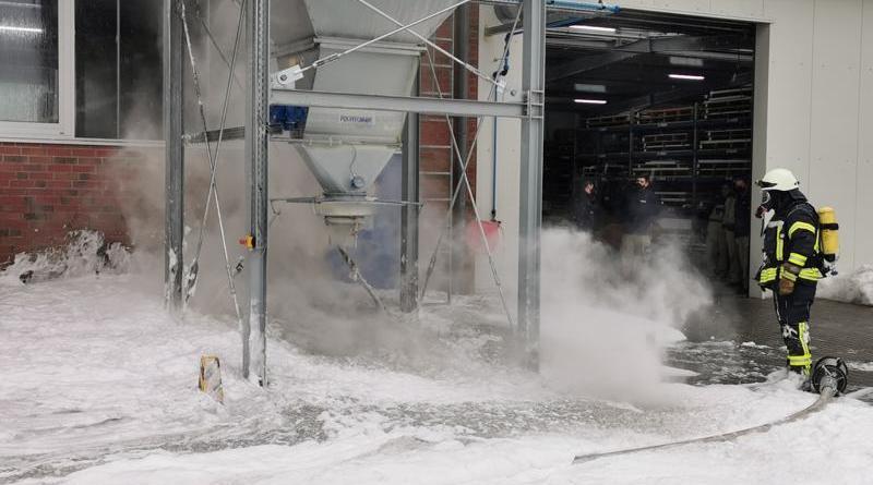 Geeste - Hoher Sachschaden bei Brand in einer kunststoffverarbeitenden Firma - Foto: NordNews.de