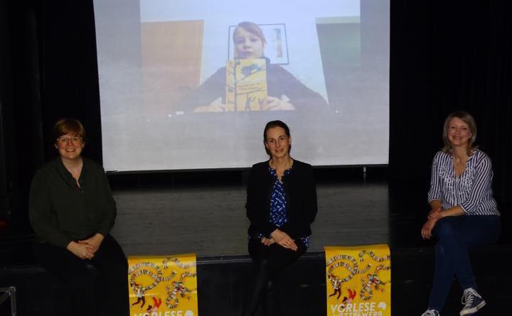 Die Jury des Kreisentscheids Emsland-Lingen – (v.l.) Rabea Klaas, Mandy Noetzel und Andrea Salomon – hat entschieden: Hanna Henrike Marquardt ist die beste Vorleserin im südlichen Emsland. Foto: Stadt Lingen