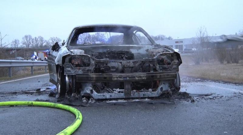 Auto brennt auf Autobahnabfahrt Lohne / Nordhorn aus - Foto: NordNews.de