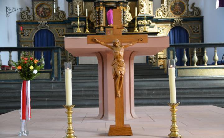 Kirche Trauer Schüttorf Kreuz INRI Foto: NordNews