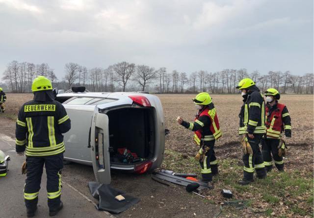 Papenburg - Feuerwehr befreit PKW-Fahrerin aus Unfallfahrzeug – Mutter und Kind verletzt - Foto: Stadt Papenburg - Feuerwehr