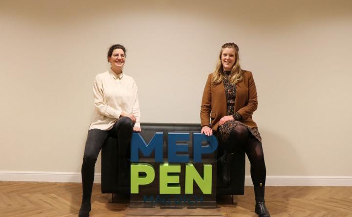 (v. l.) Eva Weusthof unterstützt Citymanagerin Janine Wester im Stadthaus. Foto: Stadt Meppen