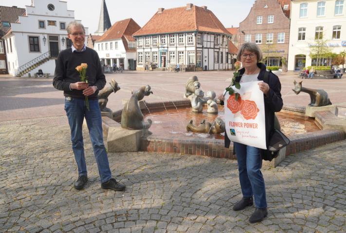 """Maria Niemann und Holger Berentzen setzen auf faire """"Flower Power"""" zum Muttertag und weisen darauf hin, dass auch viele lokale Blumenläden Fairtrade-Blumen im Sortiment haben. Foto: Stadt Lingen -"""