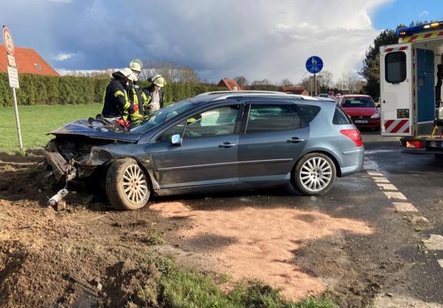"""Zwei Verletzte bei schwerem Verkehrsunfall in Heede """"Auf der Marsch"""" – Feuerwehr Heede im Einsatz - Foto: SG Dörpen / Feuerwehr"""