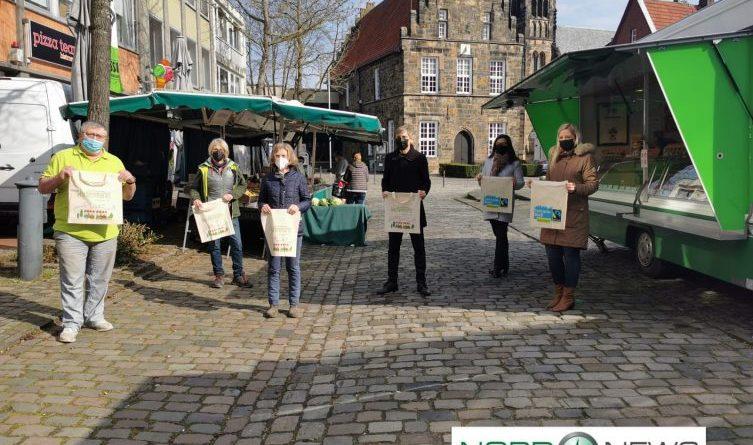 Fair-Trade-Town Schüttorf - Jute Taschen für den Wochenmarkt - v.l.n.r. Dieter Prondzinski (stellvertretend für Wochenmarktbeschicker und Inhaber Bäckerei Brüggemann), Ina Auen (Beschicker), Siegrun Jesse (Stadtladen), Manfred Windhaus (Samtgemeindebürgermeister und Stadtdirektor), Janine van Beek (Steuerungsgruppe FairTrade), Daniela Noll (Projektmanagerin Stadtmarketing) - Foto: NordNews.de