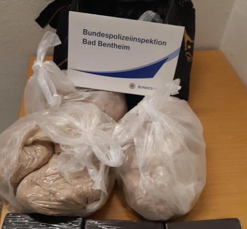 Bad Bentheim: Drogen im Wert von rund 155.000 Euro in herrenloser Tasche entdeckt - Foto: Polizei