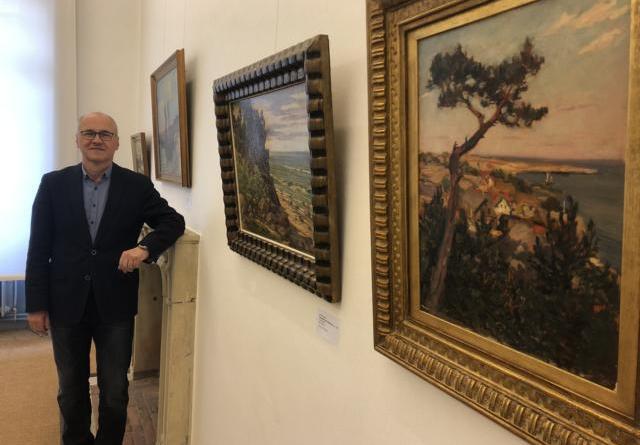 """Museumsdirektor Oliver Fok freut sich, dass sich mit der Wiedereröffnung des Museums auch die Türen der Sonderausstellung """"Die Künstlerkolonie Nidden auf der Kurischen Nehrung"""" (bis 20.06.) öffnen. Foto: Schloss Clemenswerth - Oliver Fok"""