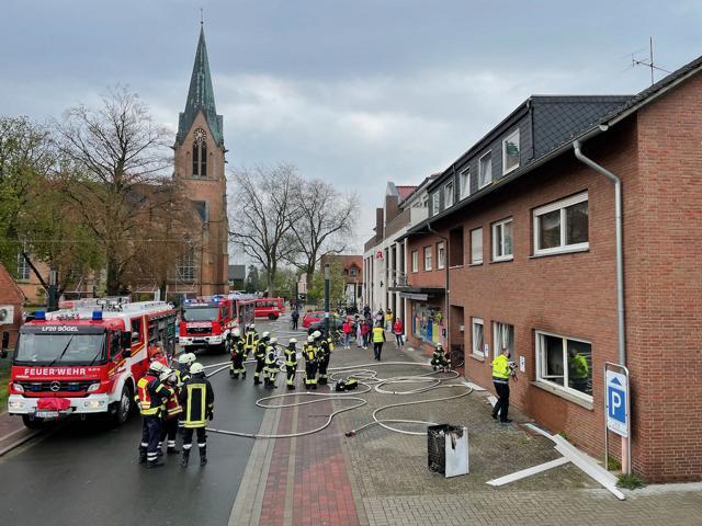 n einem größeren Wohn- und Geschäftshaus in der Sögeler Mühlenstraße kam es zu einem Wohnungsbrand. Die Bewohner konnten rechtzeitig in Sicherheit gebracht werden. Fotos: SG Sögel/Feuerwehr