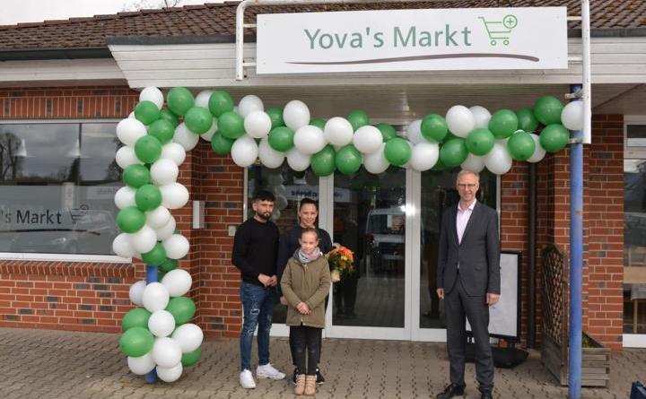 Bürgermeister Helmut Höke gratuliert Vanessa Grunewald und Familie zur Eröffnung. Foto: Gemeinde Geeste