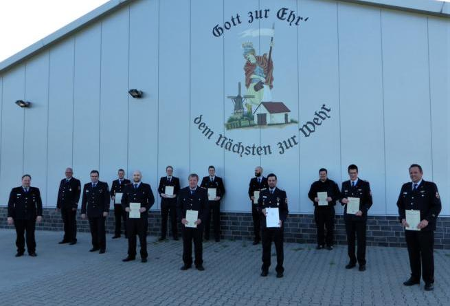 Die Beförderten mit der Wehrleitung und dem Brandabschnittsleiter. - Foto: Freiwillige Feuerwehr Twist - Ortsfeuerwehr Twist