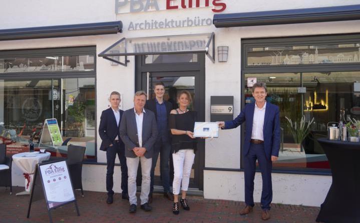 (v.li.) Miguel, Michael, Marcel und Marion Eling sowie Oberbürgermeister Dieter Krone. Foto: Stadt Lingen