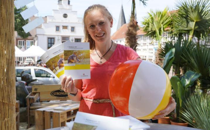 Anmeldung zum Ferienpass Lingen sind ab 21. Juni möglich. Lara Friedetzky vom Fachdienst Jugendarbeit freut sich auf abwechslungsreiche Sommerferien mit zahlreichen Aktionen, Workshops und Schnuppertagen. Foto: Stadt Lingen