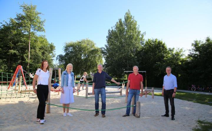 Freuen sich, dass der neue Spielplatz gut angenommen wird: Birgit Schmitz (1. Vorsitzende des Fördervereins Ansgarischule Haren e.V.), Esther Wermes (Schulleiterin), Hermann Hüsers (Leiter Werkhof), Manfred Reiners (Hausmeister), Markus Honnigfort (Bürgermeister) (v.l.). Foto: Stadt Haren (Ems)