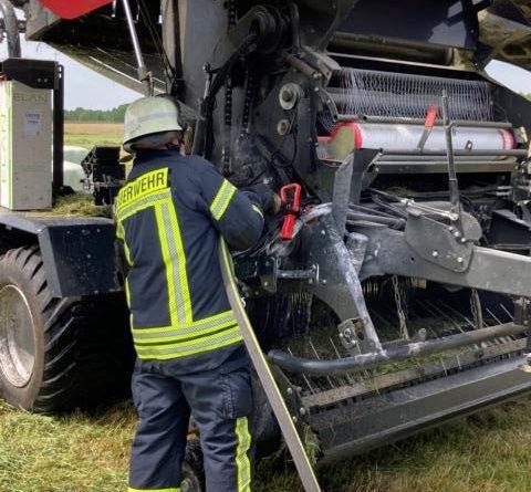 Rundballenpresse fängt Feuer – Betreiber und Feuerwehr Dörpen verhindern ein Ausbreiten - Foto: SG Dörpen / Feuerwehr