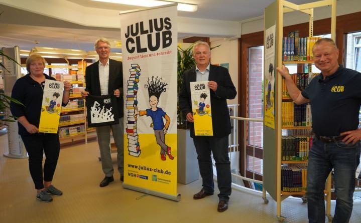 Ab dem 9. Juli lädt die Stadtbibliothek Lingen erneut zur Teilnahme am Julius-Club ein. Erster Bürgermeister Heinz Tellmann (2.v.l.), Simone Knocke (links), Josef Lüken, Leiter der Stadtbibliothek, (rechts) und Ralf Wagemann (3.v.l.), Regionaldirektor der VGH, freuen sich auf den 15. Julius-Club. Foto: Stadt Lingen