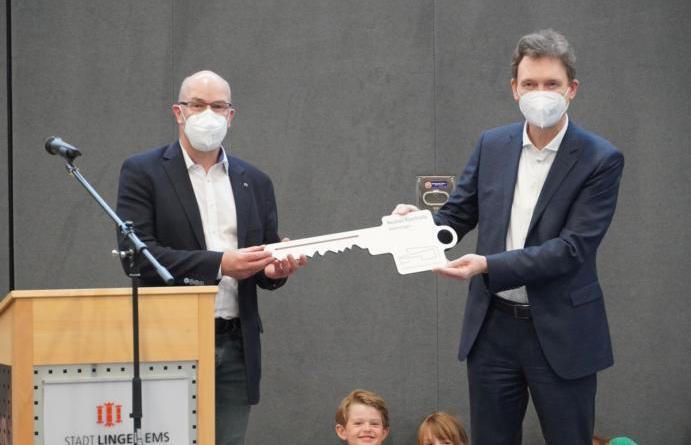 Bei einer feierlichen Eröffnung bekommt Oberbürgermeister Dieter Krone (rechts) die Schlüsselgewalt über die Sporthalle der Grundschule Altenlingen von Architekt Günter Liedtke übertragen. Foto: Stadt Lingen - Foto: Stadt Lingen
