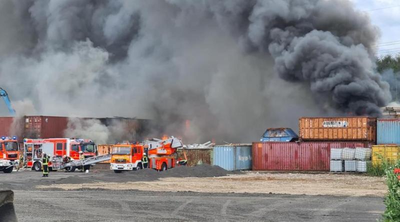 Brand bei Schrotthandel in Meppen Hüntel . Foto: Torsten Albrecht