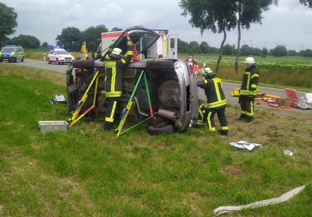 Rettungsarbeiten. Das Fahrzeug ist mit einem Abstützsystem gesichert, damit gefahrlos gearbeitet werden kann. Foto: Feuerwehr Neuenhaus