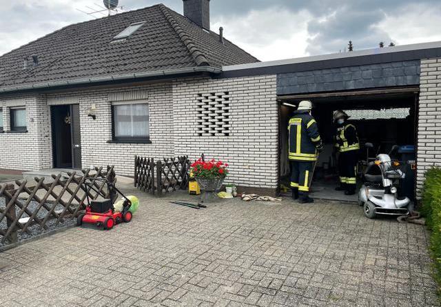 Nach einem Brand in der Autogarage wurde das komplette Wohnhaus durch Brandrauch in Mitleidenschaft gezogen. Die Feuerwehr Börger setzte einen Hochleistungslüfter zum Entrauchen ein. Foto: SG Sögel/Feuerwehr