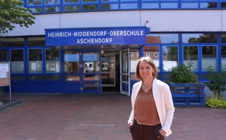 Neue Schulleiterin Regina Kurz blickt optimistisch auf das neue Schuljahr der Heinrich-Middendorf-Oberschule - Foto: Stadt Papenburg
