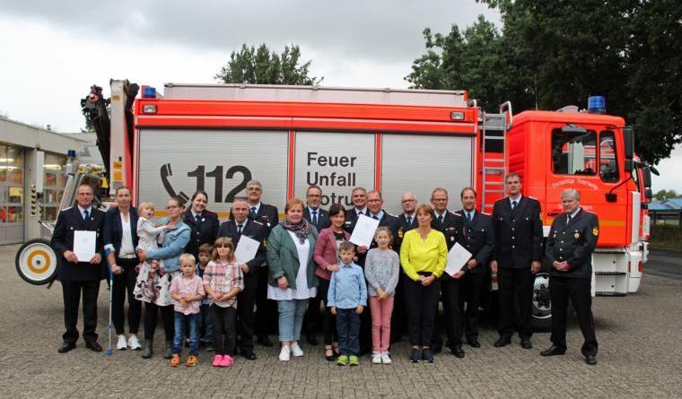 Über 40 Jahre ist nun Reinhold Hüsers (4. v. rechts) bei der Feuerwehr tätig. Mehr als 25 Jahre sind es für Jürgen Lake (1. v. links), Ramona Bähner (5. v. links), Björn Brand (6. v. links), Hans-Joachim Bähner (7. v. links) und Carsten Hessel (7. v. rechts). Das Bild zeigt sie mit ihren Familien, der Feuerwehrführung, dem Kreisbrandmeister und dem Bürgermeister. Foto: Jens Menke, Feuerwehr Meppen