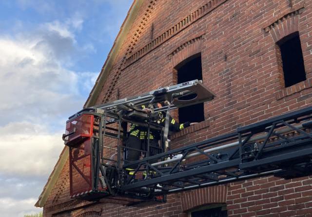 mit der Drehleiter wurde die zweite Person aus dem Obergeschoss gerettet. Foto: SG Dörpen / Feuerwehr
