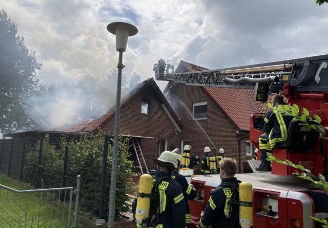Feuerwehren Kluse und Dörpen verhindern ein Ausbreiten der Flammen – Garage brennt vollständig aus- - Foto: SG Dörpen / Feuerwehr