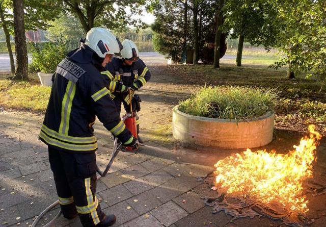 Wache Süd löscht brennenden Unrat auf Schützenplatz - Foto: Hendrik Brink, Feuerwwehr Nordhorn
