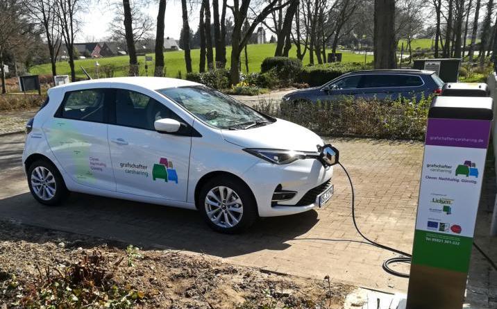 Stehen kreisweit an sieben Stationen für klimafreundliche Ausflüge bereit: die vollelektrischen Grafschafter Carsharing-Fahrzeuge (Bild: Landkreis Grafschaft Bentheim)