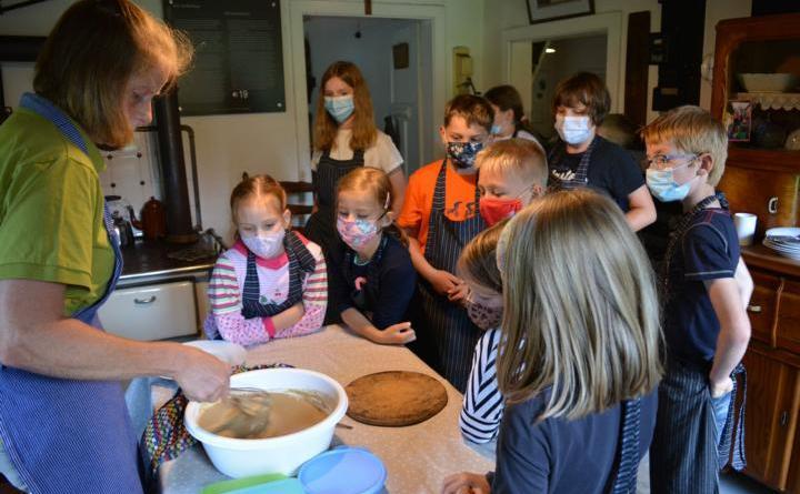 Es wurden Buchweizenpfannkuchen im Moormuseum gemacht. Foto: Carolin Drees