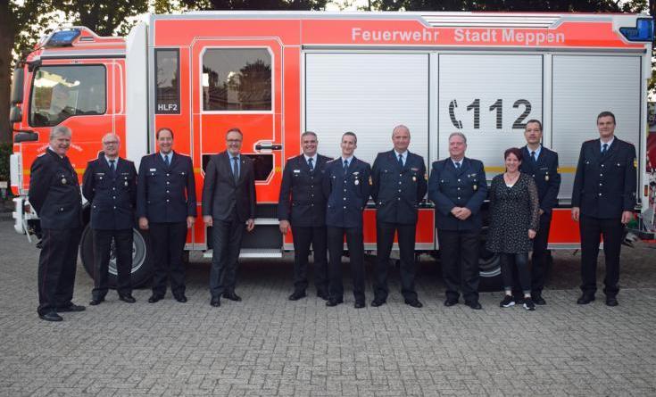 Für 40 Jahre Mitgliedschaft wurden Christoph Berger ( 2. von rechts), Hans-Hermann Backs (4. von rechts) und Thomas Gebert (5. von rechts) geehrt. Björn Bernsen (6. von rechts) ist seit 25 Jahren im Ehrenamt. Das Bild zeigt sie mit Bürgermeister Knurbein und der Kreisfeuerwehrführung. Foto: Jens Menke