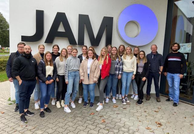 Die Schüler*innen der Klasse FSP 20.0 der Marienhausschule freuen sich gemeinsam mit Klassenlehrer Thomas Schmidt (2. v. r.) und Dominic Vähning vom JAM (rechts) auf das Herbstferienprogramm 2021. Foto: Stadt Meppen