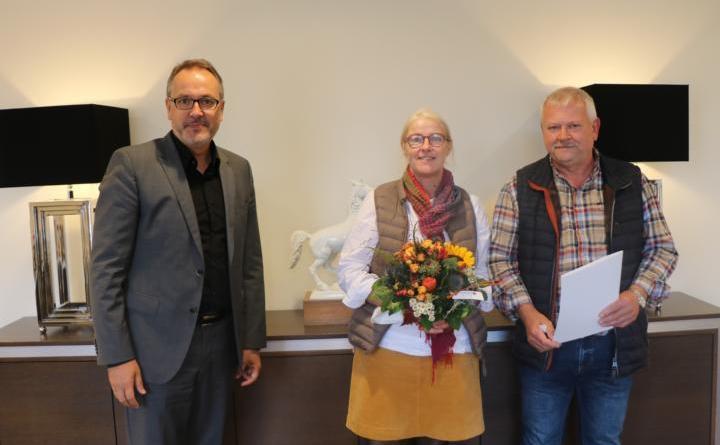 Bürgermeister Helmut Knurbein (links) gratulierte Hermann Kemper (rechts) zu seinem 40-jährigen Dienstjubiläum. Der Jubilar wurde gemeinsam mit seiner Lebensgefährtin (Mitte) im Stadthaus empfangen.Foto: Stadt Meppen