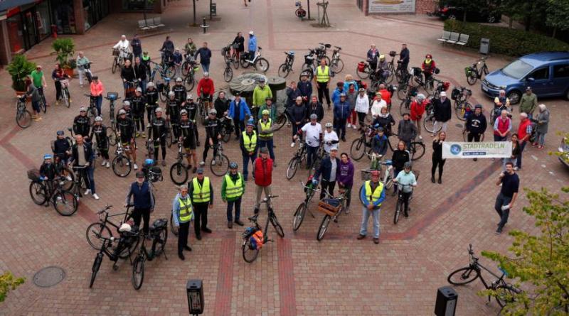 Insgesamt 65 Radlerinnen und Radler haben die diesjährige erste Tour gemeinsam absolviert. Foto: Stadt Papenburg