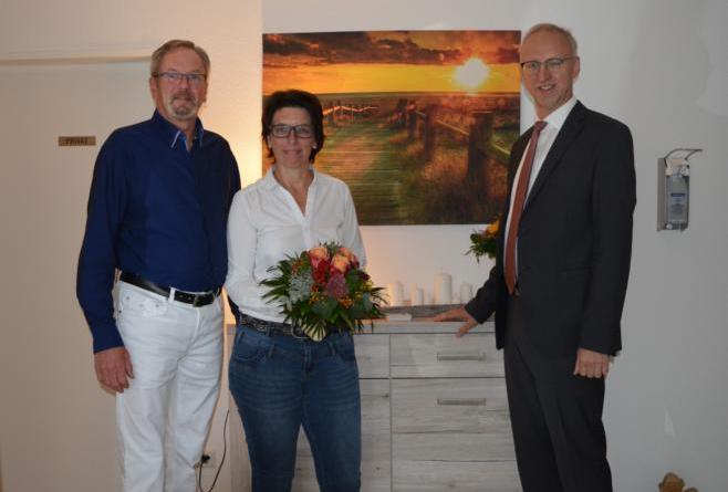 Norbert Wargers, Bürgermeister Helmut Höke und Mitarbeiterin Elke Heskamp in den Praxisräumen in Groß Hesepe Foto: Gemeinde Geeste
