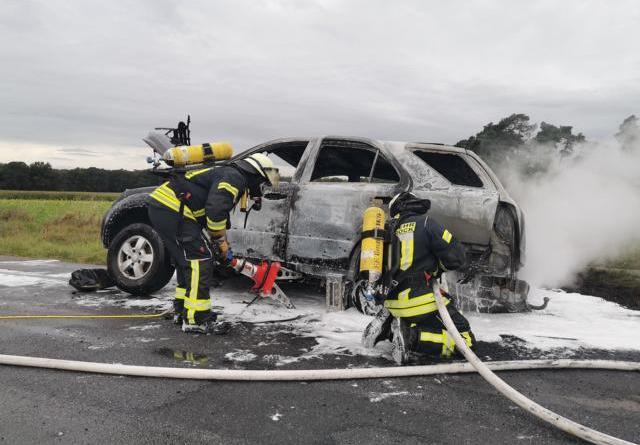 Auto brennt in der Gusbergstraße in Geeste - Übersicht Übersicht 1 Foto: NordNews