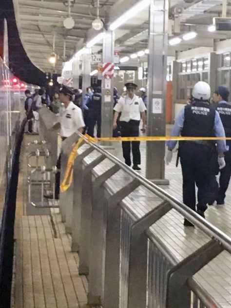 新大阪行きのぞみ265号車内で乗客が刺された事件が発生し、規制線が張られたJR小田原駅の構内=6月9日(乗客提供)