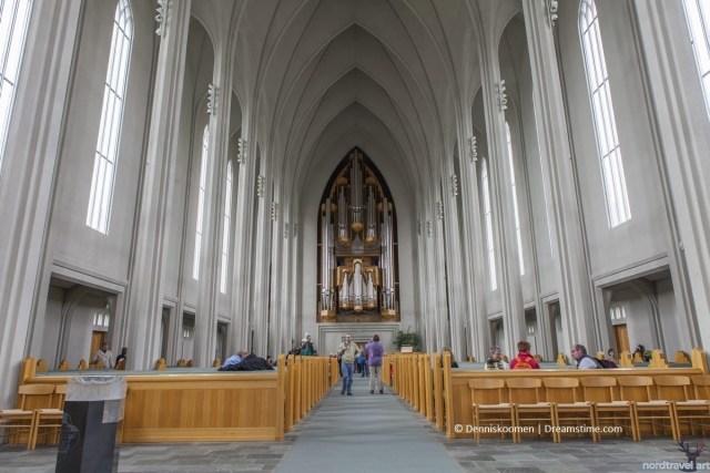 """Интерьер церкви """"Хадльгримскиркья"""". На заднем плане - орган"""