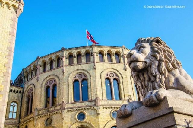 Здание норвежского парламента (стортинг). Осло.