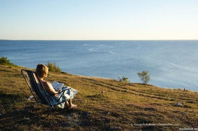 Женщина, читающая книгу.