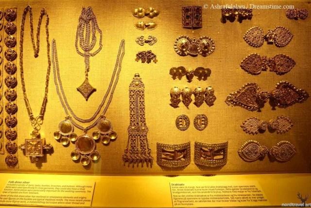 Серебряные украшения национальной одежды норвежцев. Национальный музей в Осло. Норвегия.