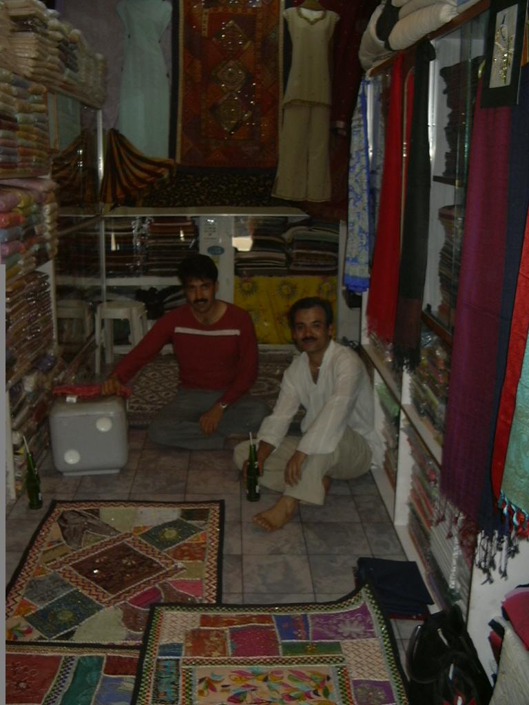 Tienda con Aijaz y su hermano
