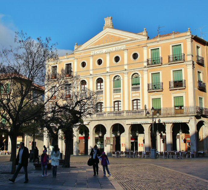 Teatro Juan Bravo En La Plaza Mayor De Segovia