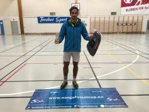 Beste spiller: Soroosh Maghsoudi – Oslo Futsal. Er den viktige bakspilleren (forsvarspilleren) på et meget godt offensivt lag, som knapt nok gjør en eneste feil og styrer spillet. Andre kandidater: Lars Røttingsnes