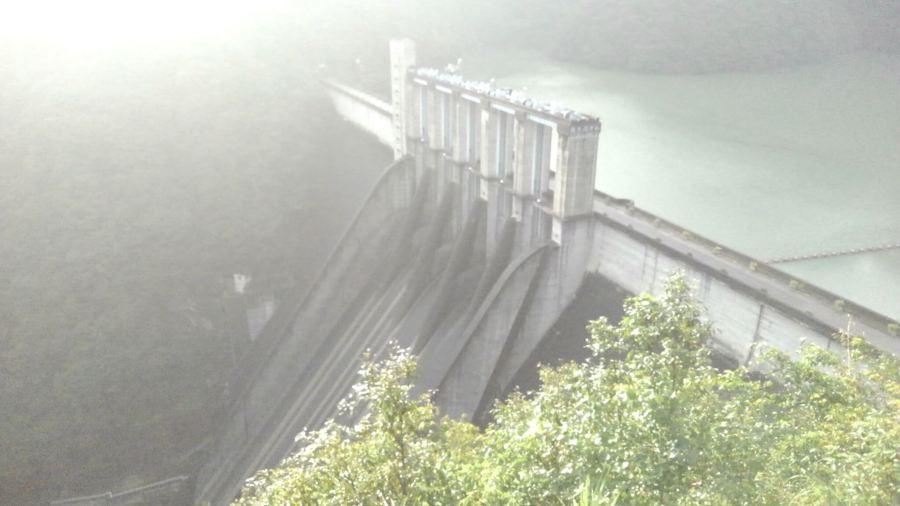 霧の中の佐久間ダム