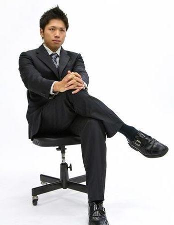 椅子に座る人